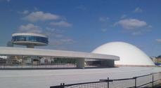 Se inaugura el Centro Niemeyer en Avilés.